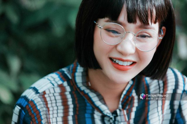 hien ho wearing glasses viet pop