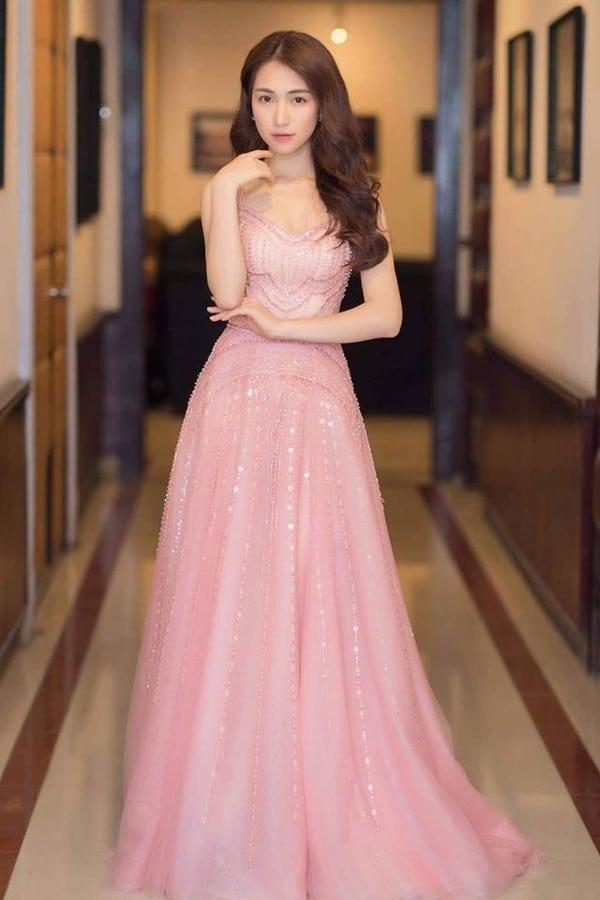 hoa minzy in pink dress
