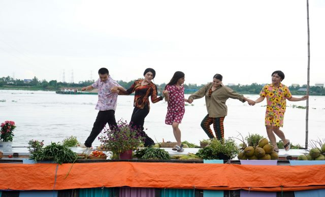 fun dancing scene in men gai mien tay mv