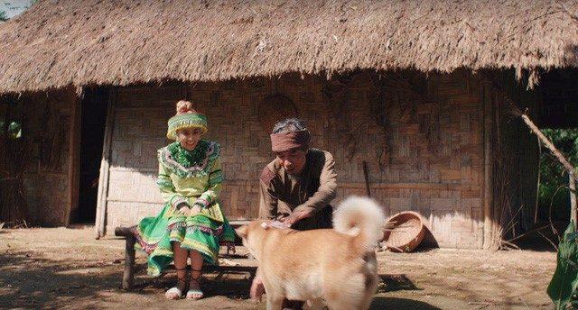 hoang thuy linh and a dog