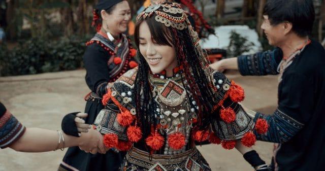 https://www.vpopwire.com/wp-content/uploads/2020/08/phung-khanh-linh-the-gioi-khong-anh-vpop-music-640x337.jpg