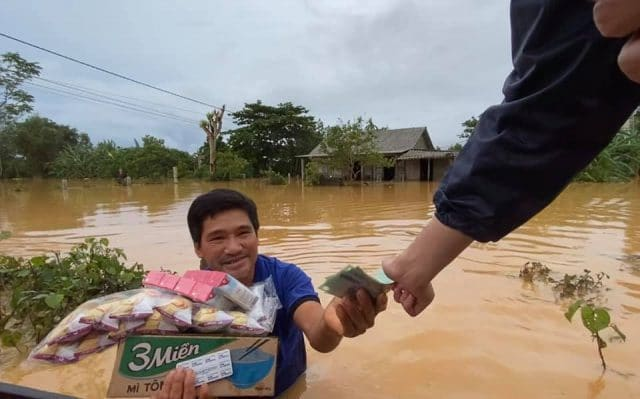 thuy tien help flood victim