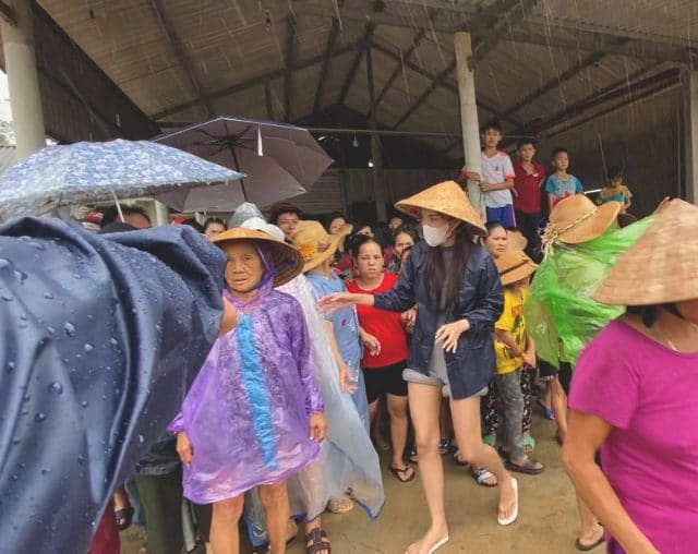 thuy tien helping flood victims